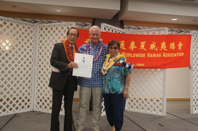 檀香山市長卡德威爾(中)頒發賀狀給六通拳夏威夷總會主席陳恩光(左)與副主席陳金玲。(通訊記者高振華/攝影)
