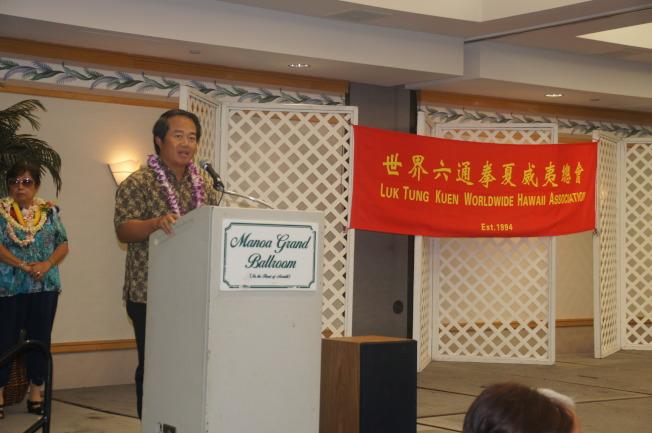 駐檀香山台北經文處長周民淦於世界六通拳夏威夷總會上,嘉勉該會對社會的貢獻。(通訊記者高振華/攝影)