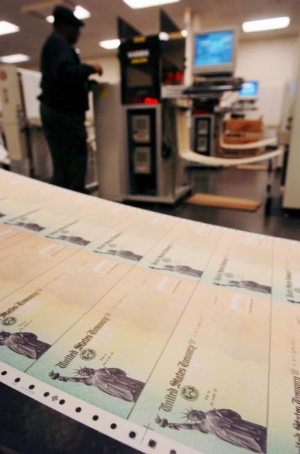 研究顯示,雙薪家庭中收入較低的配偶及單身男性,應在62歲領社安金。(美聯社)