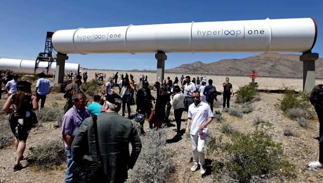 超級高鐵由SpaceX和特斯拉執行長伊隆·馬斯克(Elon Musk)2013年最先提出,列車能在低壓管道內以760英里(合1223公里)時速行駛。圖為測試現場展示的低壓管道。(美聯社)