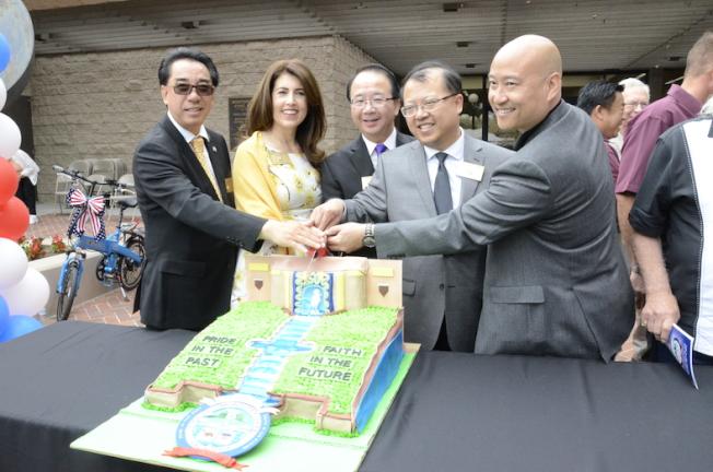 蒙市議員林達堅(左起)、Teresa Real Sebastian、陳贊新、吳學儒、梁僑漢共同切生日蛋糕,慶祝城市100周年。(記者高梓原/攝影)
