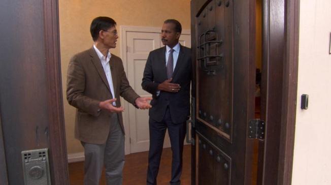 CBS新聞節目「60分鐘」15日探討美國政府調查在美華人為中國從事間諜活動,讓一些華裔冤枉遭罪。圖為郗小星(左)接受記者惠泰克採訪。(取材自CBS)