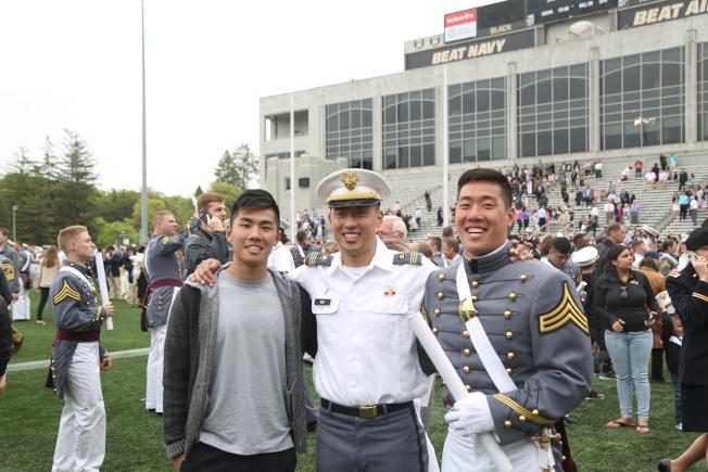 华裔莫家俊(右起)、莫家辉和莫家伟三兄弟全部入读西点军校。(记者洪群超/摄影)