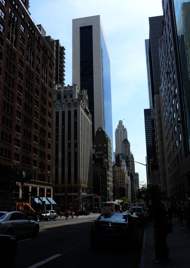 全美想要租住兩房公寓的最低時薪收入排行榜中,紐約州要26.69元才租得起。圖為紐約市曼哈坦57街大樓。(記者許振輝/攝影)