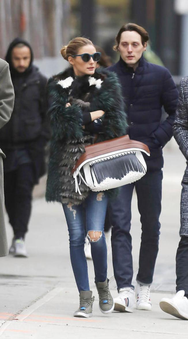 奧莉維亞巴勒莫以Wave Bag詮釋皮草的奢華貴氣。(圖:TOD'S提供)