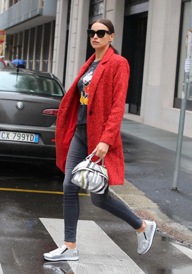 俄羅斯性感超模伊蓮娜的優閒穿搭以Wave Bag為亮點。(圖:TOD'S提供)