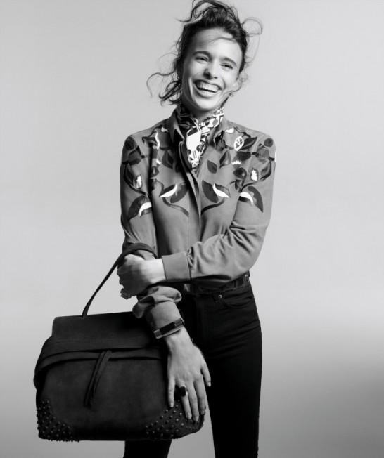 「史密斯飛船」主唱史蒂芬泰勒的女兒雀兒喜泰勒,手拎豆豆Wave Bag。(圖:TOD'S提供)
