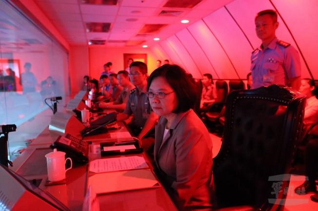 蔡英文總統進入衡指所聯合作戰中心,了解台海當面敵我軍事狀況。圖/國防部提供