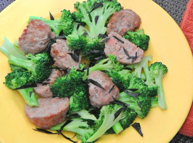 鮭魚肉丸綠花菜。(翠軒攝影)