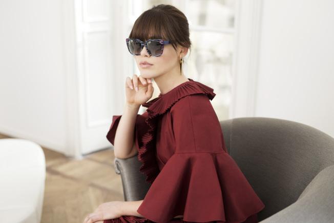FENDI與THIERRY LASRY推聯名太陽眼鏡,由時尚部落客Kristina Bazan演繹。(圖:FENDI提供)