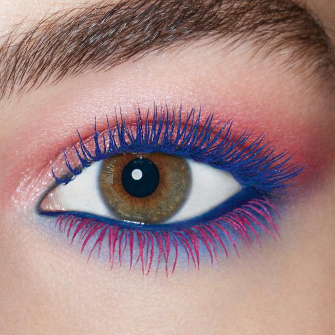 上、下睫毛刷上不同色彩的睫毛膏,讓夏日眼妝更有創意。(圖:YSL提供)