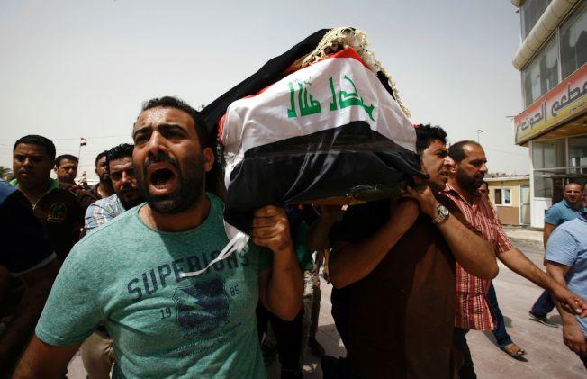伊拉克首都巴格达2日晚遭炸弹攻击,造成至少143人丧生,近200人受伤。图为3日巴格达民众悲痛地抬着罹难者的尸体。(Getty Images)