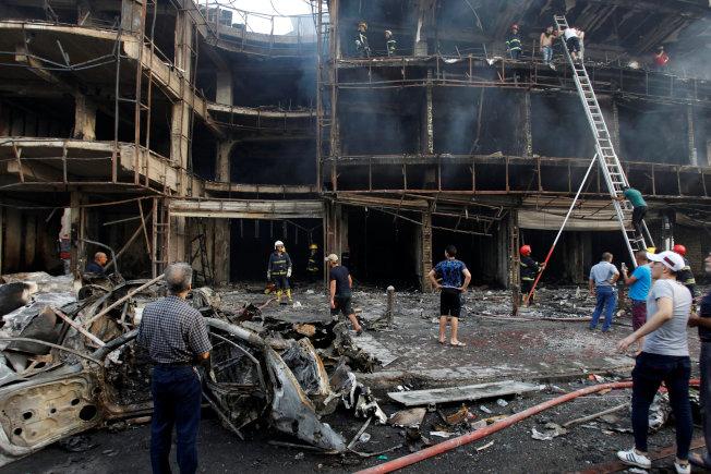 恐怖份子一周内发动三次恐袭,伊拉克卡拉达区购物广场发生汽车炸弹爆炸,并引发大火,造成数百人伤亡。(路透)