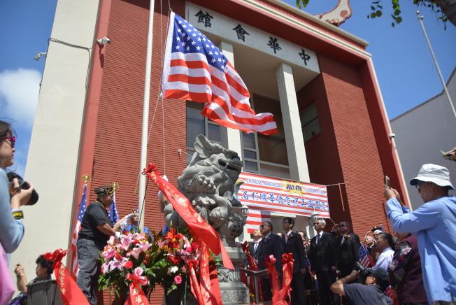 華埠628退伍軍人協會的成員護送美國國旗,將它升上旗杆頂。(記者張敏毅/攝影)