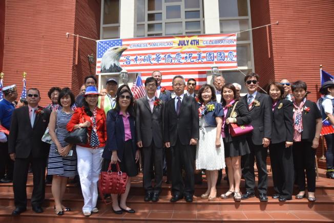 中華會館與各大社團代表、民選官員等人匯聚一堂,參加4日早上在華埠舉行的升旗典禮。(記者張敏毅/攝影)