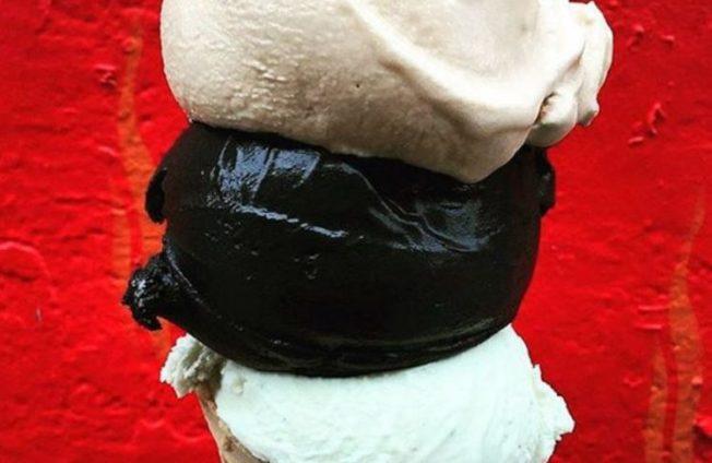 紐約市流行黑色冰淇淋,一球索價7美元。(morgensternnyc網)