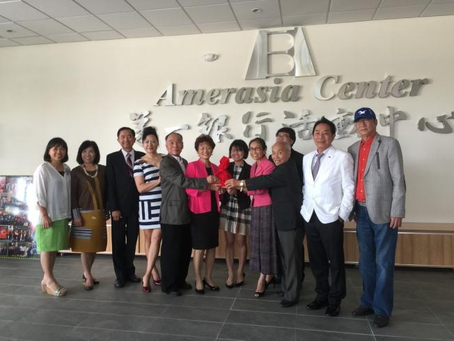大奧蘭多台灣商會新舊任會長交接,莊杏珠(左六)、詹翠華(左八)和來賓合影。(記者陳文迪/攝影)
