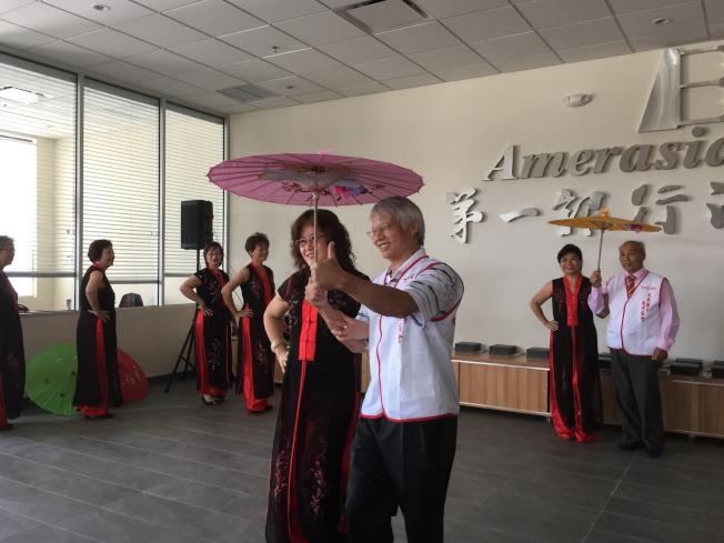 大奧蘭多台灣商會傳承感恩餐會中,會員們表演「一隻小雨傘」舞曲。(記者陳文迪/攝影)
