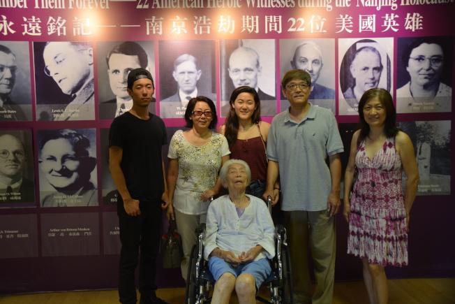 91岁的孙老太是大屠杀的幸存者,他们一家人都对这段历史记忆犹新,代代相传。(记者张宏/摄影)