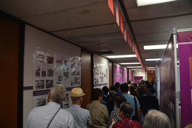 南加库卡蒙加牧场60多名华人包车来观看日军南京大屠杀照片和相关文物展览。(记者张宏/摄影)