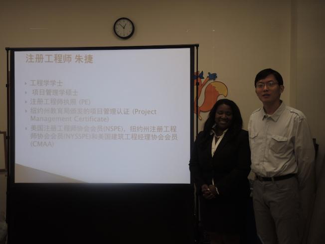 朱捷工程师(右)与格兰特律师(左)谈论房屋局罚单的处理、房屋加建改建的流程和商业合同的种类等。(记者王靖雯/摄影)