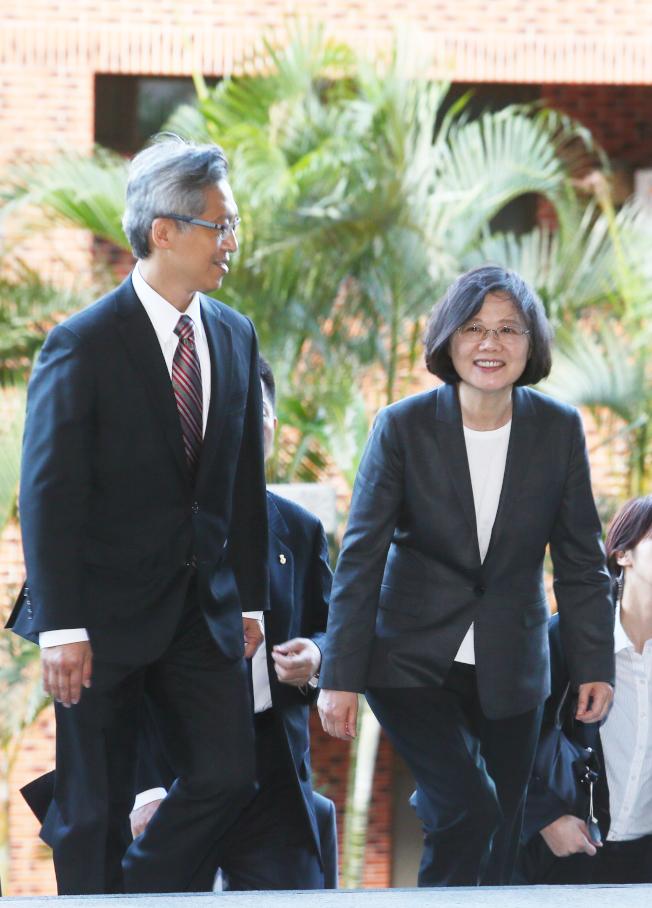 南海仲裁即將出爐,台灣堅持主權不變,但蔡英文總統(右)對太平島的態度如何,讓北京十分關注。(本報資料照片)