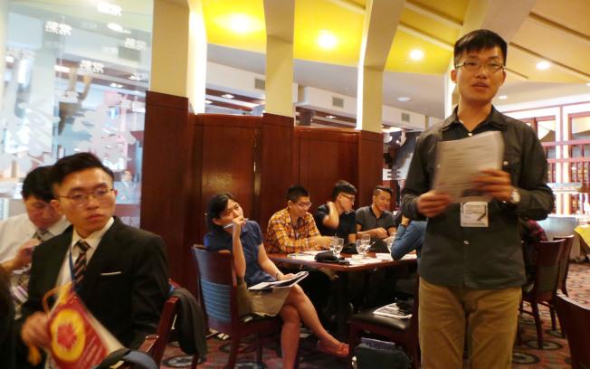 成大精英培育班訪問團代表顏榮毅(立者),簡報學校現況和精英班行程。(記者唐嘉麗/攝影)