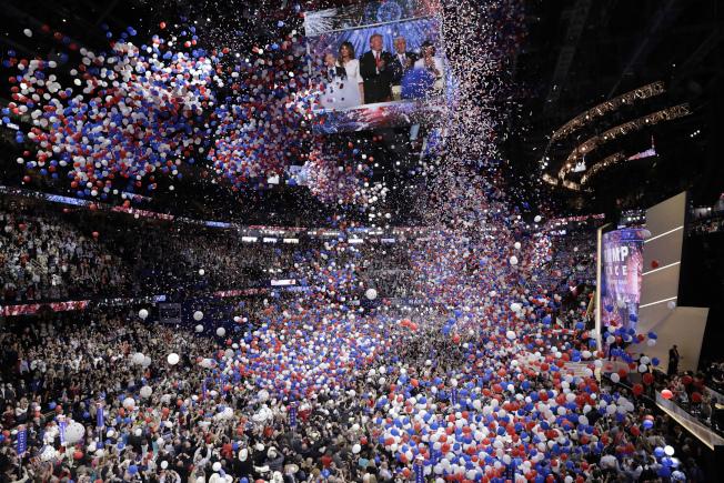 川普演說結束後共和黨全代會場降下12萬個紅藍白色氣球,為大會畫下句點。(美聯社)