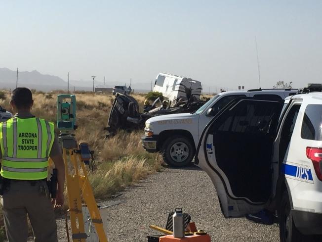 四名中國自駕遊的遊客在亞利桑納州去往西峽谷的路上發生重大車禍,撞上Dallas牛仔隊的巴士,四名中國遊客當場死亡。圖為亞利桑納州警在車禍現場調查。(美聯社)
