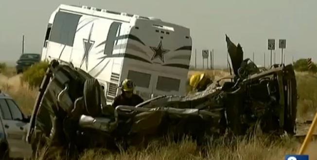 四名中國自駕遊遊客24日下午在亞利桑納州境內去往西峽谷的路上發生重大車禍當場死亡,圖為車禍現場。(翻拍自8News Now電視新聞)