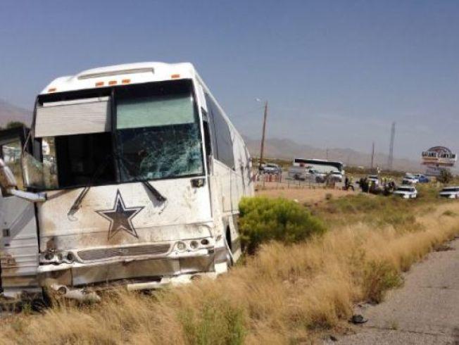 四名中國遊客24日下午在去往西峽谷的路上左轉時和Dallas牛仔隊巴士相撞。(亞利桑納州公共安全部門提供)