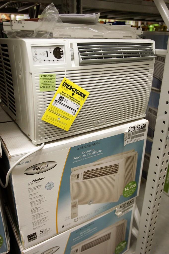 選購窗式空調時,製冷量是首先要考慮的;而安裝時留意操作,就能將窗式空調的噪音量降至最低。(Getty Images)