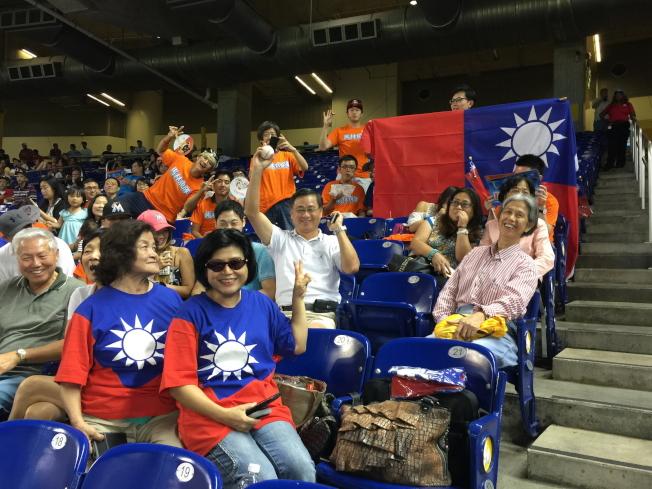 來自中佛州的球迷鄭經忠(中)撿到飛來的界外球,開心舉手歡呼。(記者陳文迪/攝影)