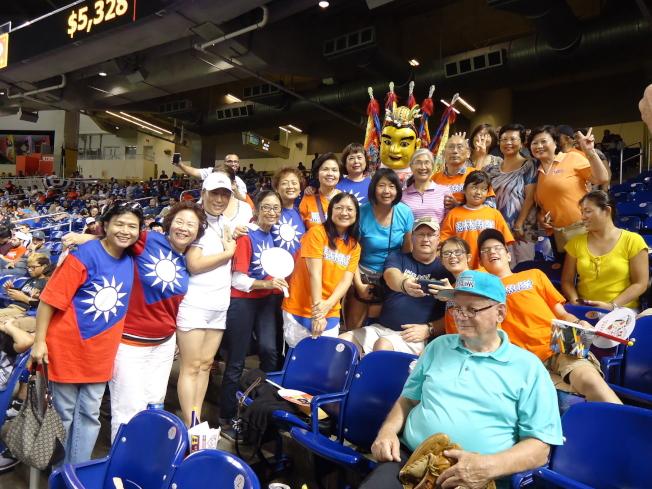 馬林魚隊「台灣傳統夜」活動,三太子人偶到觀眾席上與球迷合影。(記者陳文迪/攝影)