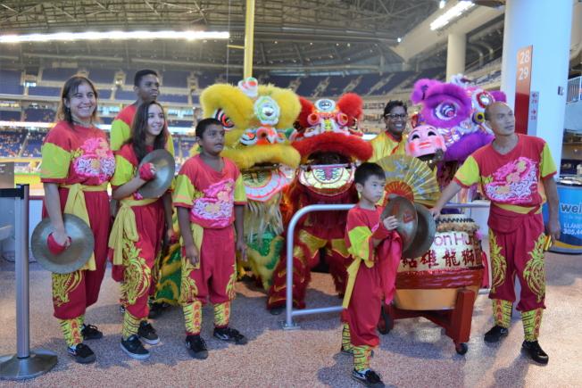 李紹雄龍獅團應邀在馬林魚隊「台灣傳統夜」活動中表演。(于繼蓮提供)