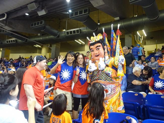 馬林魚隊「台灣傳統夜」活動,三太子人偶到觀眾席上與球迷合影。(王贊禹提供)