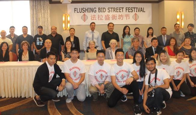 第三屆「法拉盛街坊節」的主辦方、參與團體、志願者代表等,介紹活動詳情,歡迎民眾前來感受法拉盛的魅力。(記者朱蕾/攝影)