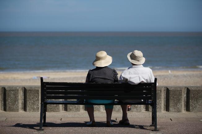 不是人到中年都會經歷婚姻危機,許多老夫老妻感情依然很好。(Peter Macdiarmid/Getty Images)