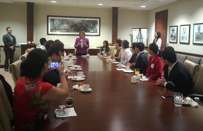 橘郡郡長婕可布絲(Mayor Teresa Jacobs),與亞華裔代表們咖啡座談。(記者陳文迪/攝影)