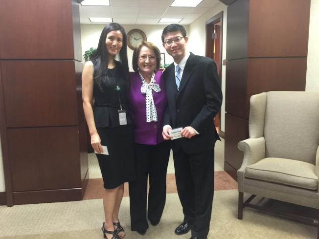 橘郡郡長婕可布絲(Mayor Teresa Jacobs,中)與亞華裔代表們咖啡座談後,與兩位華裔的橘郡員工合影。左為宋征,右為王智兆,兩人均在社區開發部工作。(記者陳文迪/攝影)