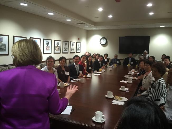 橘郡郡長婕可布絲(Mayor Teresa Jacobs)與亞華裔代表們咖啡座談一景。(記者陳文迪/攝影)