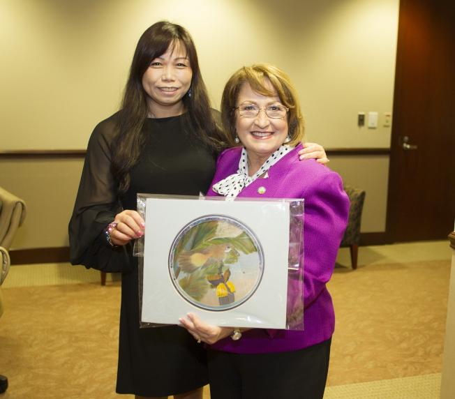 橘郡郡長婕可布絲(Mayor Teresa Jacobs,右)與亞華裔代表們咖啡座談,來自台灣的畫家劉曉玥(左)贈送雙面絲畫。(記者陳文迪/攝影)