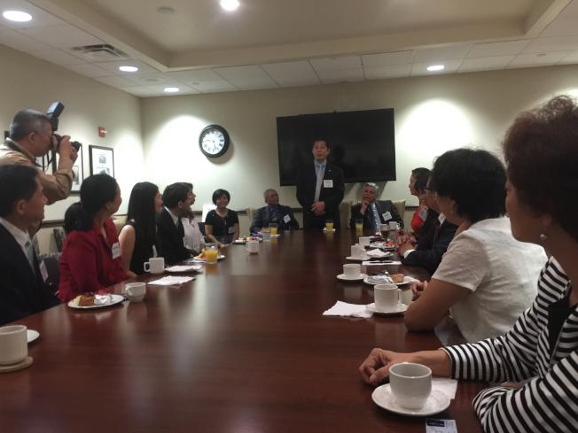 橘郡郡長婕可布絲(Mayor Teresa Jacobs)與亞華裔代表們咖啡座談,亞太裔公共事務協會中佛州分會會長鄭鴻鈞發言。(記者陳文迪/攝影)