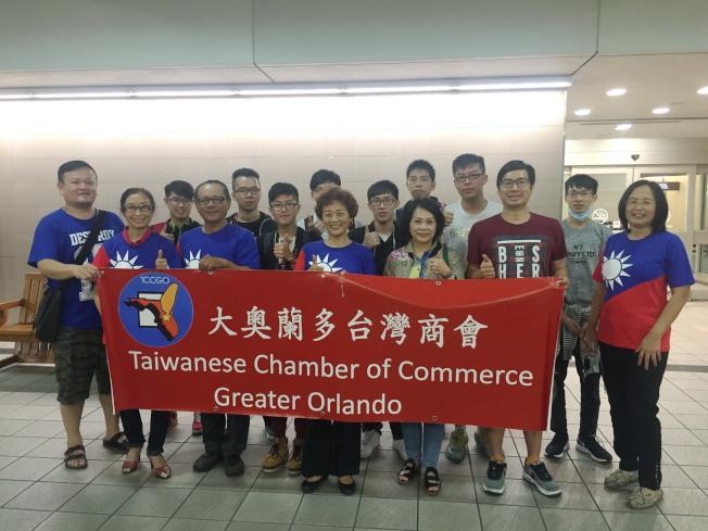 2016世界盃電腦應用技能競賽在奧蘭多開賽,大奧蘭多台灣商會清晨5時20分到機場接機。(記者陳文迪/攝影)