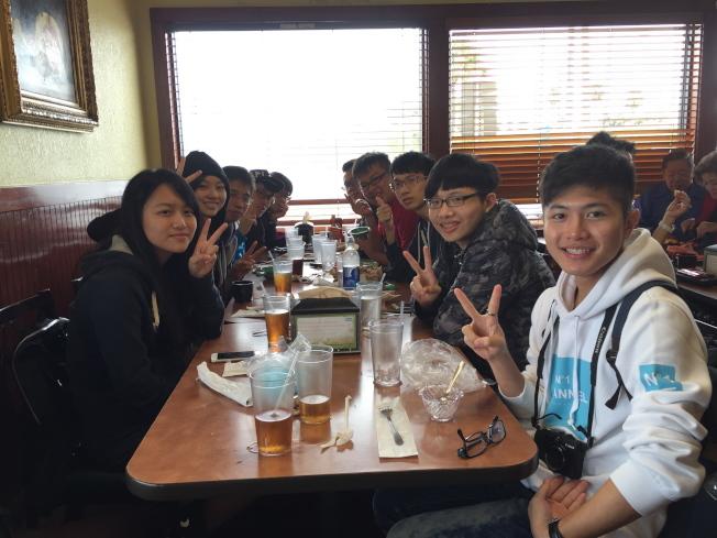 2016世界盃電腦應用技能競賽在奧蘭多開賽,參加比賽的台灣代表隊在歡迎餐會中合影。(記者陳文迪/攝影)