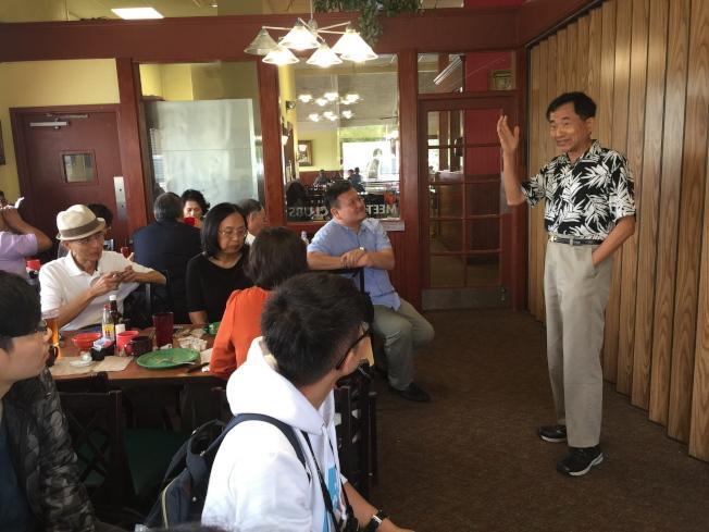 歡迎台灣代表隊參加2016世界盃電腦應用技能競賽,僑務委員王成章(右)在歡迎餐會中分享。(記者陳文迪/攝影)