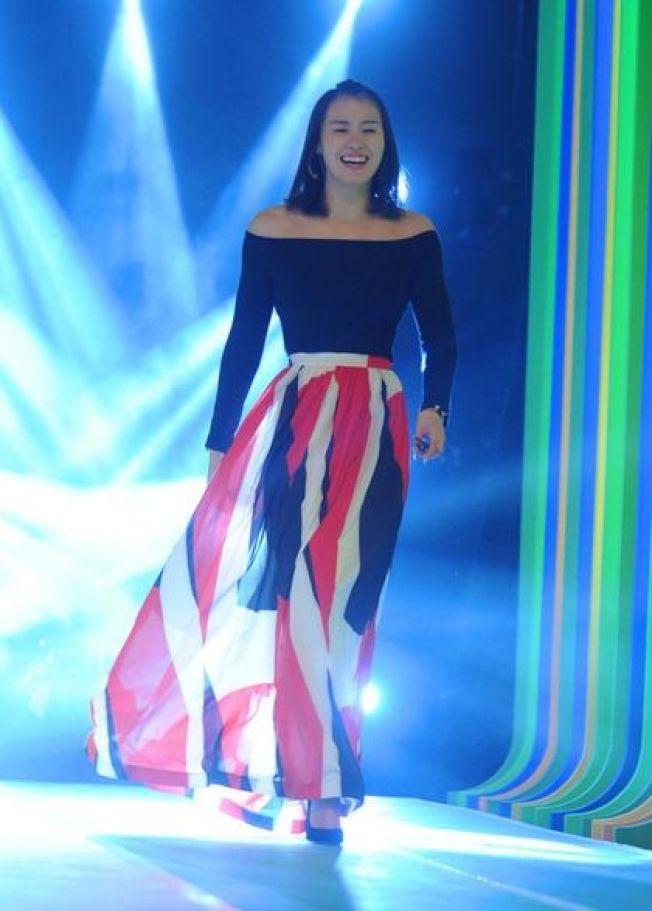 傅園慧日前上大陸節目接受時尚改造,展現女人味。圖/翻攝自微博電視