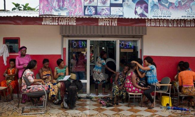 幾內亞美容院不僅推廣避孕觀念,也培訓美容院學徒成為社區衛生工作者。(取材自英國衛報)