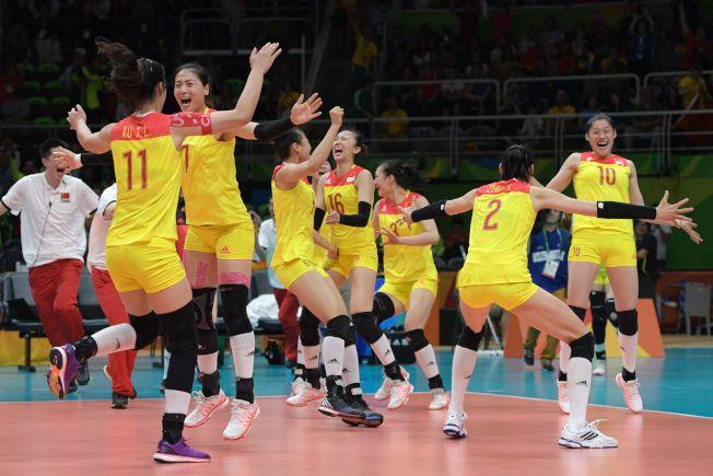 中國女排隊在奧運贏得金牌,球員在場內興奮地慶祝。(Getty Images)