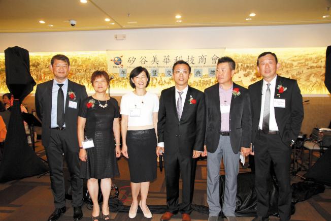 李垣麟(右三)連任矽谷美華科技商會會長。(記者李榮/攝影)